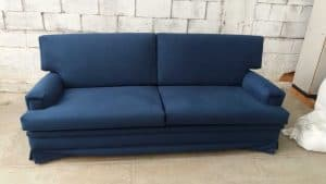 reforma de sofá azul com babado